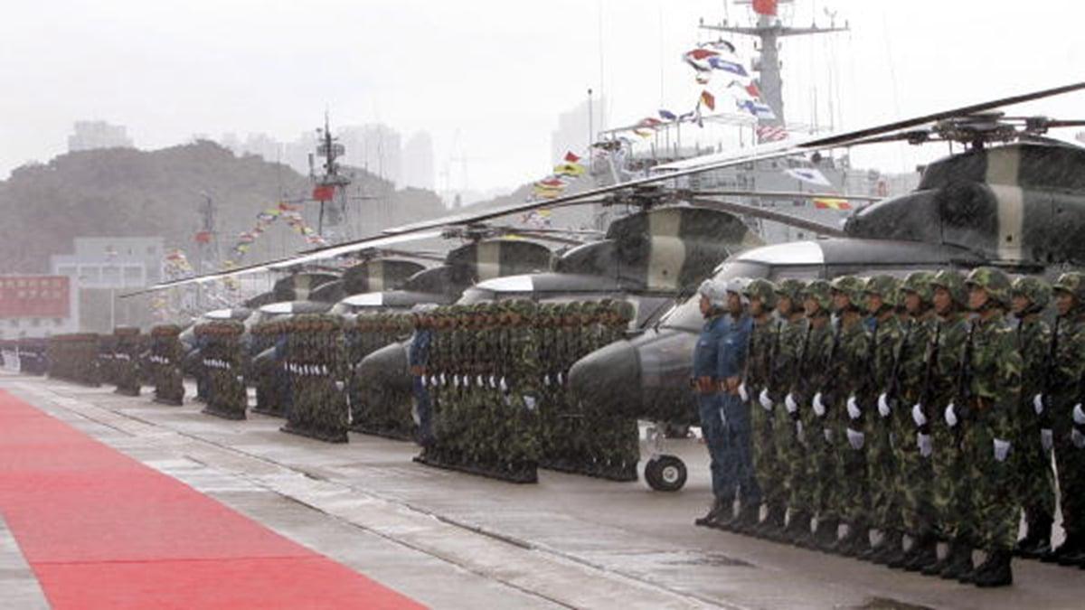 香港緊張局勢一觸即發。一名美國官員透露,中共軍隊已在香港邊界集結,白宮正密切關注。 (KIN CHEUNG/AFP/Getty Images)