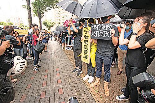 東區裁判法院外有市民舉起「沒有暴動 只有暴政」等標語以示聲援。(蔡雯文/大紀元)