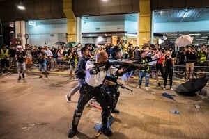 警察舉槍指向市民引爭議