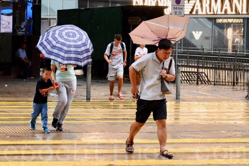 受熱帶風暴韋帕影響,天文台昨日發出8號東北烈風或暴風信號。(宋碧龍/大紀元)