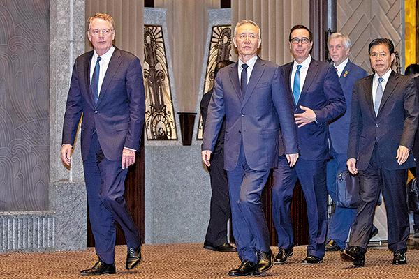 本次在上海舉行的中美貿易談判7月31日結束。圖為兩國談判代表。(AFP)
