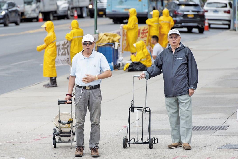 左邊淺色短袖為NINGXIANG LIU,右邊黑色外套為WAY H.QIU。此二人常年在紐約中領館前干擾和平抗議的法輪功學員。(明慧網)