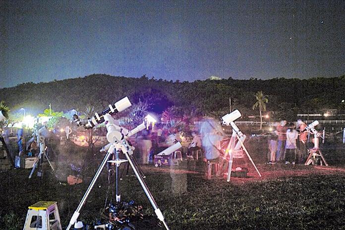 天文愛好者在小墾丁搶拍壯麗銀河與英仙座流星雨。