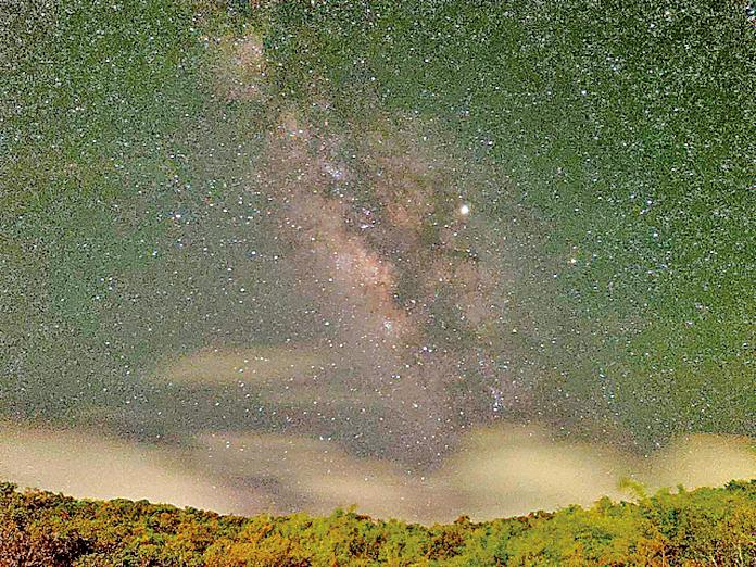 屏東縣天文協會理事黃耀寬用手機在墾丁渡假村實地拍攝銀河。