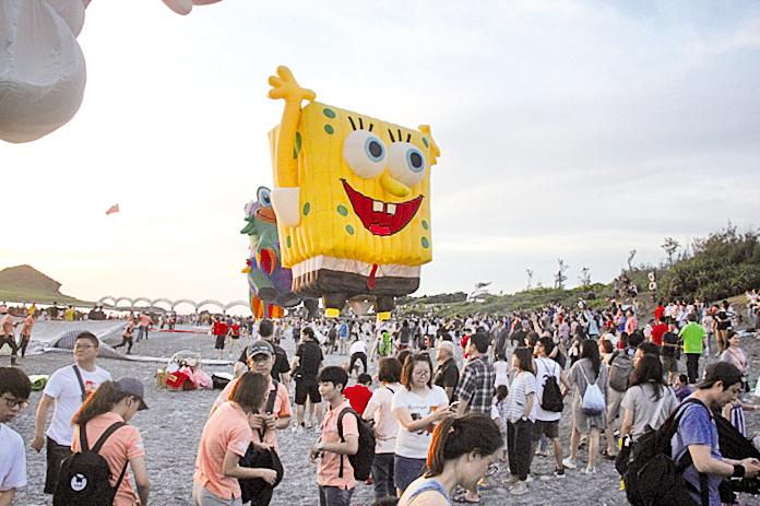 台灣國際熱氣球嘉年華光雕音樂會場上的熱氣球。(台東縣政府提供)