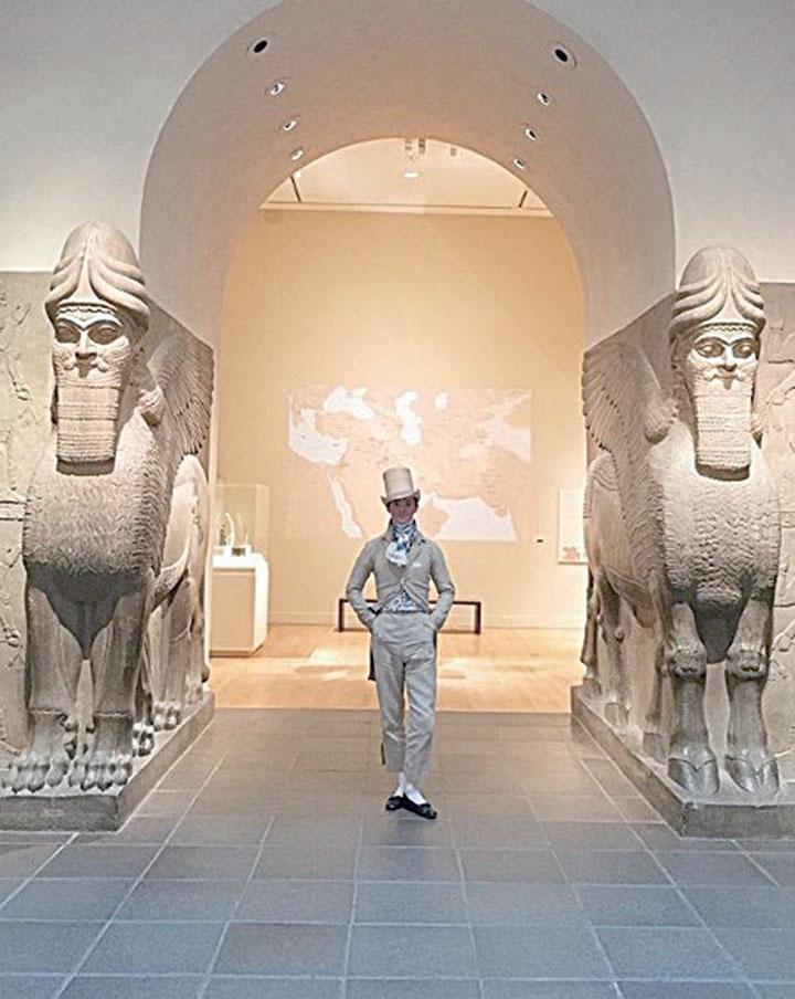 扎克平斯特(Zack Pinsent)穿著復古服裝參觀美國紐約大都會博物館。