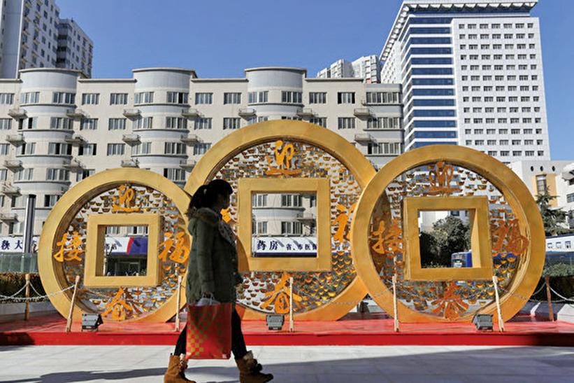 中共銀行大舉發行永續債被指由於陷入一種非常大的危機。圖為2014年中國鄭州一銅硬幣形狀的裝飾物。(Getty Images)