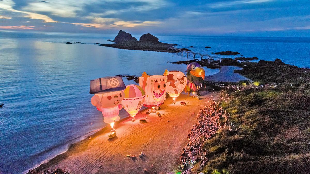 台灣國際熱氣球嘉年華光雕音樂會7月6日清晨在東海岸三仙台迎曙光。(台東縣政府提供)