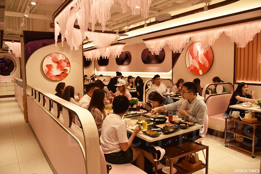 全店的裝潢與樂天餐飲集團旗下其他美滋鍋分店相近,以櫻花粉色為主色調,流蘇裝飾帶出溫馨的氣氛。(曾蓮/大紀元)