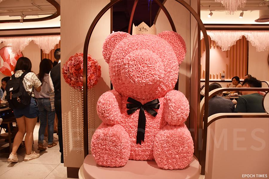 美滋鍋門口玫瑰組成的巨型小熊供客人拍照。(曾蓮/大紀元)