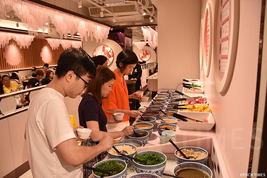 美滋鍋的調味料與醬汁有超過20種選擇。(曾蓮/大紀元)