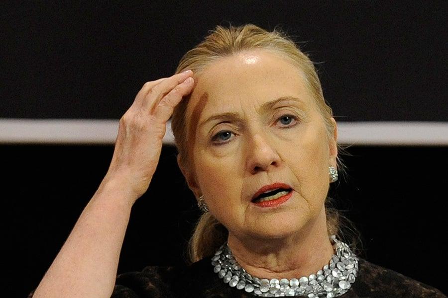 昨天(周六),希拉莉因擔任國務卿期間不當使用電子郵件的指稱,被聯邦調查局約談長達3個半小時。(JOHN THYS/AFP)