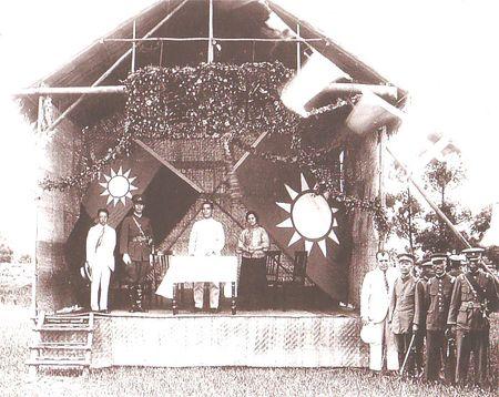 孫中山在黃埔軍校開學典禮演講,在場的還有蔣介石、宋慶齡、廖仲愷。(維基百科公有領域)
