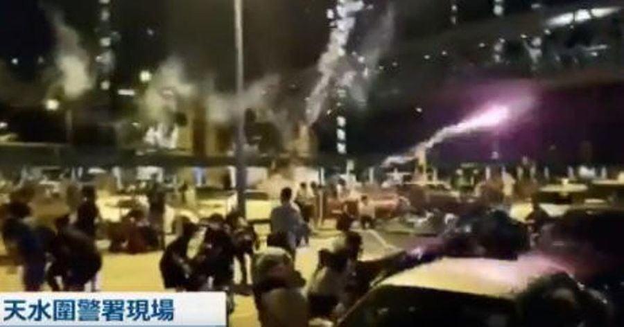 2019年7月31日凌晨2時40分,香港天水圍警署外有黑色轎車向抗議民眾發射多枚爆炸力很強的煙花彈,致10人受傷、5人送醫急救。(影片截圖)