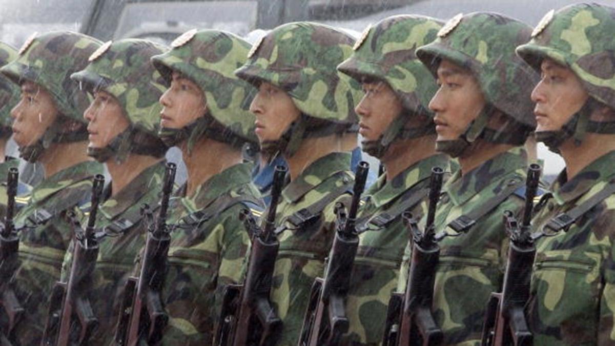 中共駐港部隊31日緊跟北京當局表態,支持特首林鄭及警隊強力鎮壓。同時,發佈宣傳片,展示駐港部隊武力鎮壓能力。示意圖 (KIN CHEUNG/AFP/Getty Images)