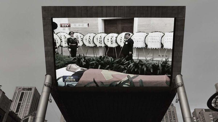 圖為7月29日,北京的室外大屏幕上播放李鵬告別式的新聞。(GREG BAKER/AFP/Getty Images)