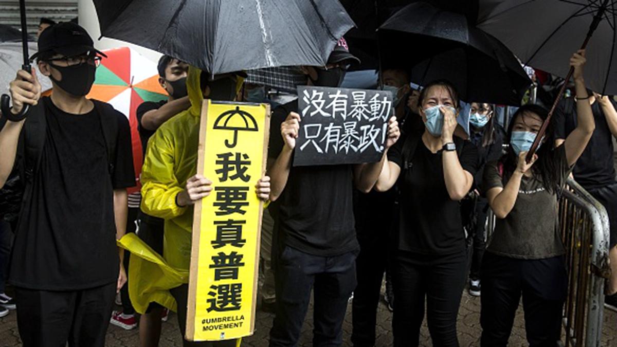 7月31日,數百名香港市民聚集香港東區法院聲援被控罪的45名示威者。(ISAAC LAWRENCE/AFP/Getty Images)