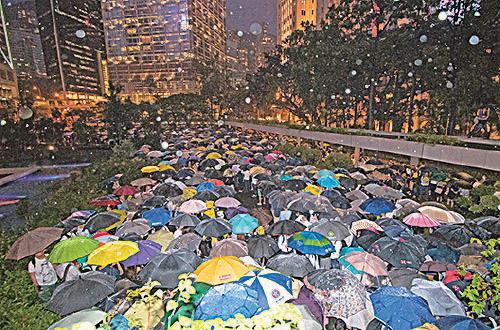 金融界從業員撐傘高呼「沒有暴動,只有暴政」、「香港人加油」、「釋放被捕人士」、「黑警可恥」,以及「8.5罷工見」等口號。(蔡雯文/大紀元)
