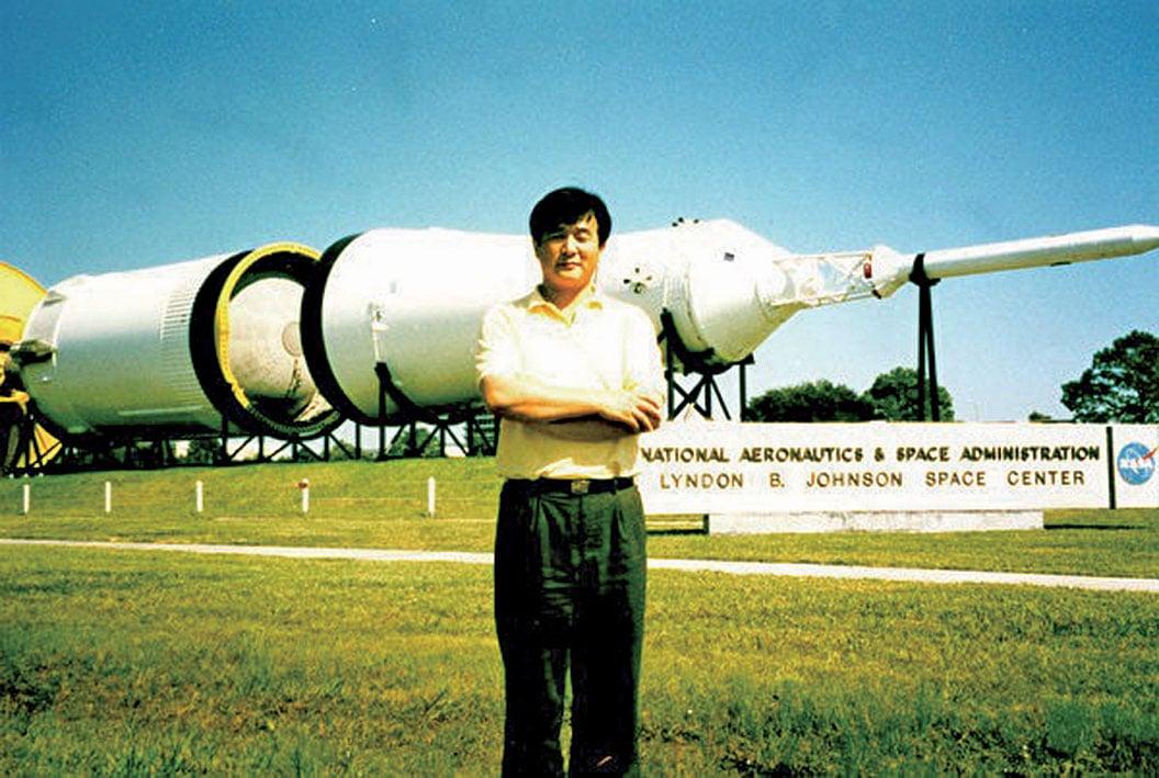 李洪志大師1996年參觀侯斯頓詹森太空中心留影。(當時詹森太空中心丁博士拍攝/明慧記者舒靜提供)