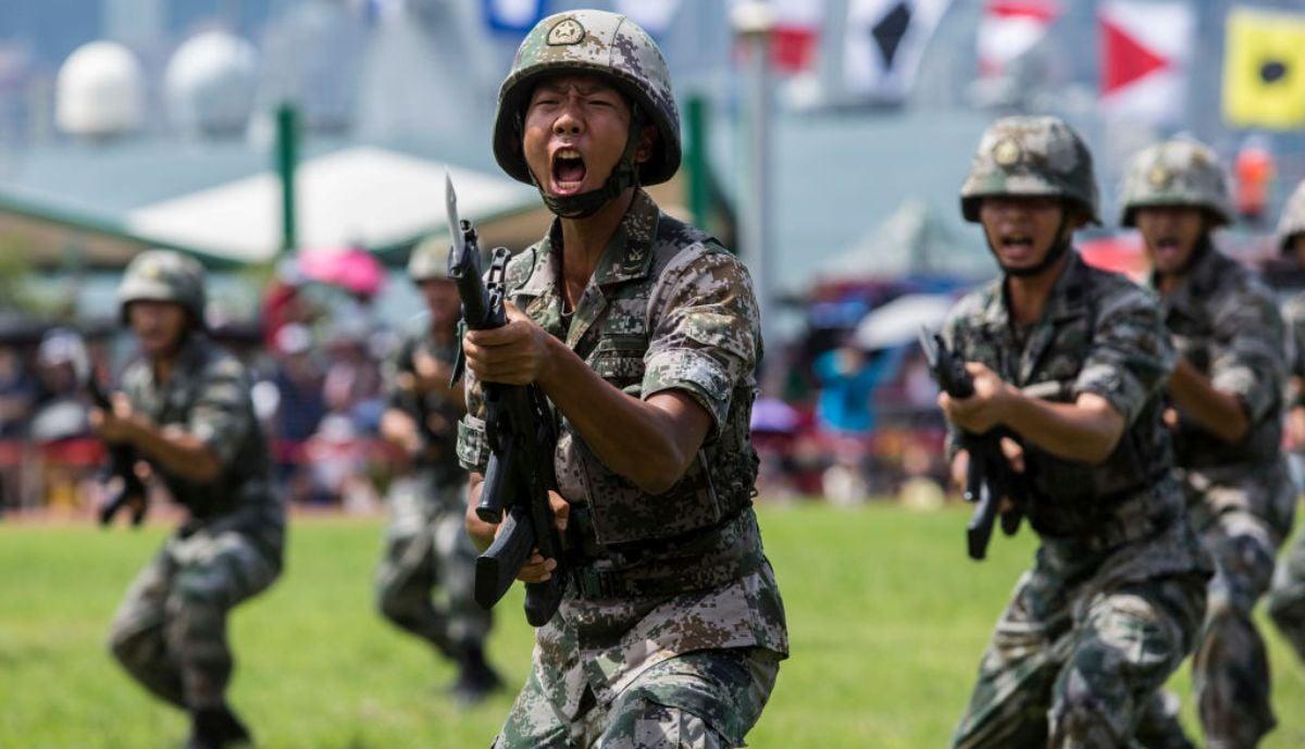 圖為中共中央軍委派駐香港的部隊於2019年6月30日在香港昂船洲軍營進行軍事演練。(ISAAC LAWRENCE/AFP/Getty Images)