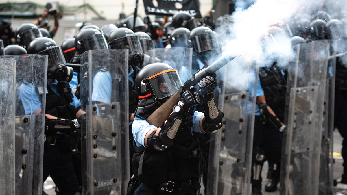 香港黑幫血洗元朗事件使港警名聲掃地,至今已有逾百行業發公開信,譴責港府與警方,力撐反送中運動。圖為香港警方開槍鎮壓手無寸鐵的示威者。( PHILIP FONG/AFP/Getty Images)