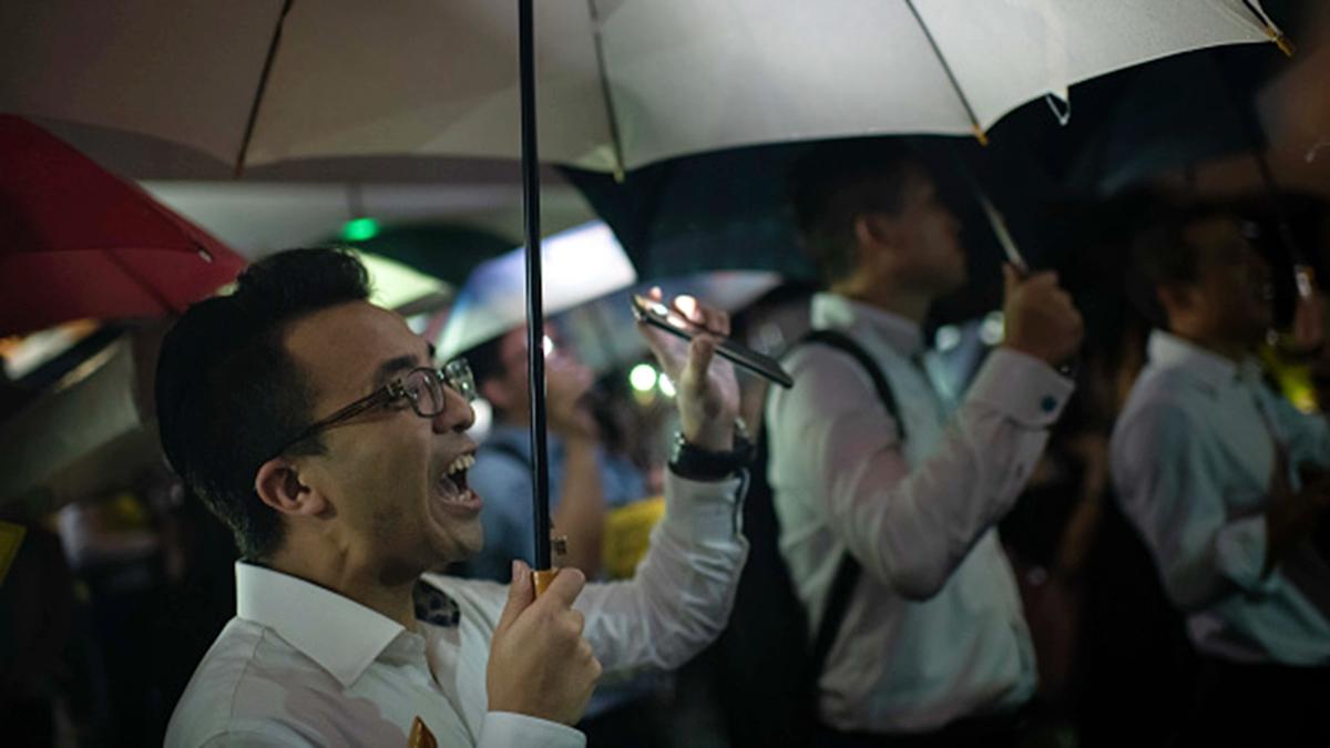 8月1日晚,4300多名香港金融界人士冒雨在中環遮打花園舉行集會。 (Billy H.C. Kwok/Getty Images)