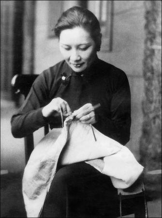1938年二戰中,宋美齡為戰士縫補軍衣。(檔案圖片)