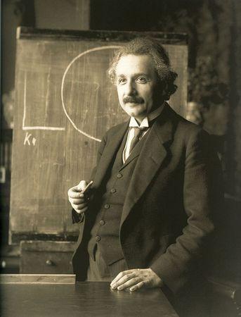 被公認是史上最偉大的科學家愛因斯坦與牛頓都相信神的存在。圖為1921年演講中的愛因斯坦。(維基百科公有領域)
