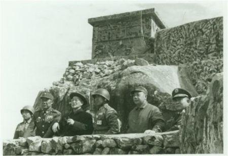 八二三炮戰後,1959年1月24日,蔣介石(左三)與蔣經國(右二)首次抵金門巡視防務。(公有領域)