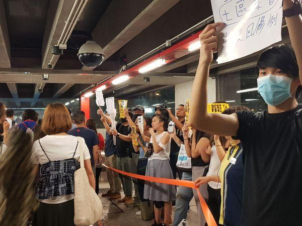 公務員集會結束後,中環地鐵站入口處年輕人為8・5三罷造勢。(駱亞/大紀元)