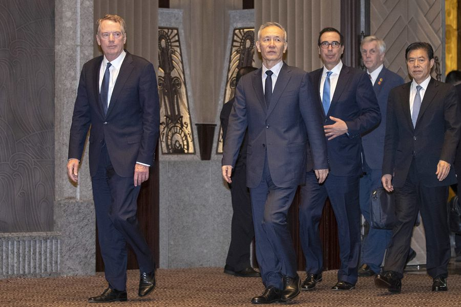 周五,白宮首席經濟顧問庫德洛對媒體表示,特朗普對貿易協議進展不滿意,且不會推遲新關稅加徵。圖為7月31日,美國貿易代表團與中方代表在上海西郊賓館談判。(NG HAN GUAN/AFP/Getty Images)
