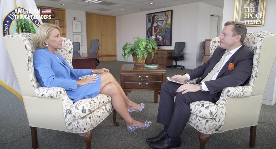 美國教育部長貝琪・德沃斯(Betsy DeVos)7月17日接受英文《大紀元》資深記者揚・耶凱利克(Jan Jekielek)的專訪。(影片截圖)