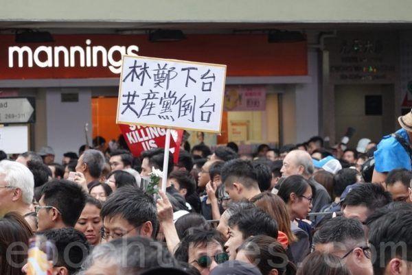 香港市民在遊行時高舉共產黨倒台的標語。(大紀元)