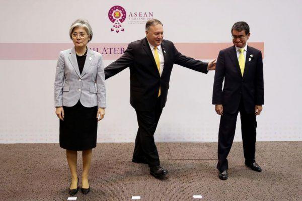 2019年8月2日,美國國務卿蓬佩奧(中)、南韓外交部長康京和(左)和日本外相河野太郎(右)在東盟峰會場邊召開三方會談,三人會後合照時氣氛尷尬,日韓外長甚至未握手。(JONATHAN ERNST/AFP/Getty Images)