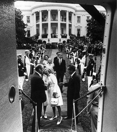尼克遜1974年8月9日與白宮人員道別的場景(Oliver F. Atkins/維基百科)