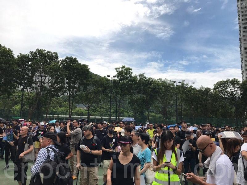 下午一時半,集會時間開始,寶翠公園聚集越來越多人。(林怡/大紀元)