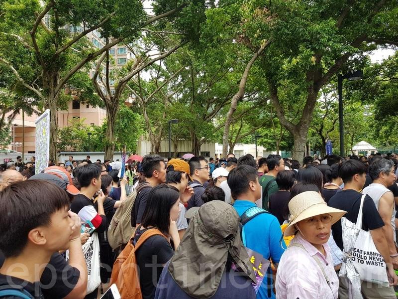 寶翠公園有大批穿黑衣市民在酷熱天氣下等待遊行出發。(駱亞/大紀元)