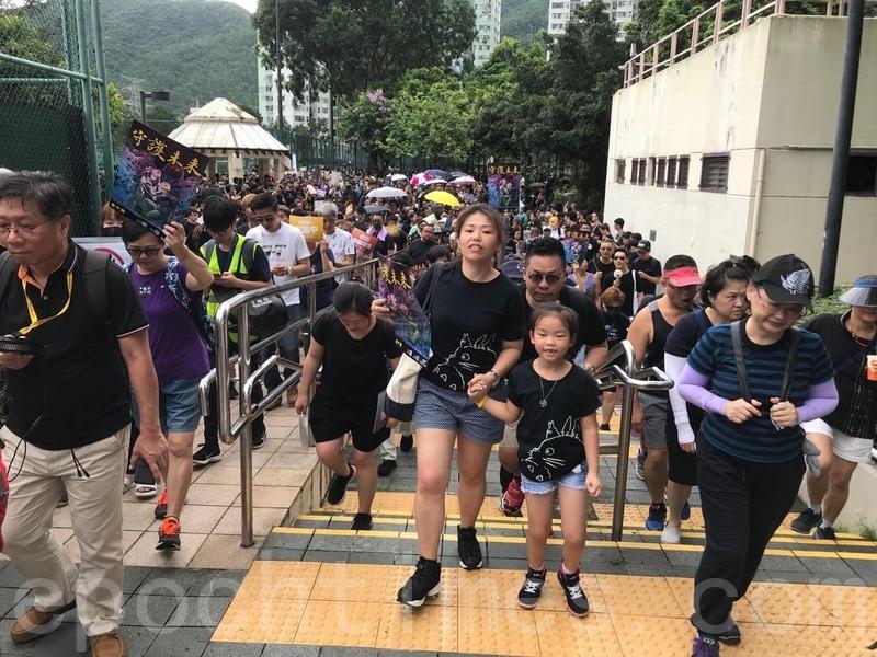 大量市民由寶琳地鐵站進入寶翠公園。(蔡雯文/大紀元)
