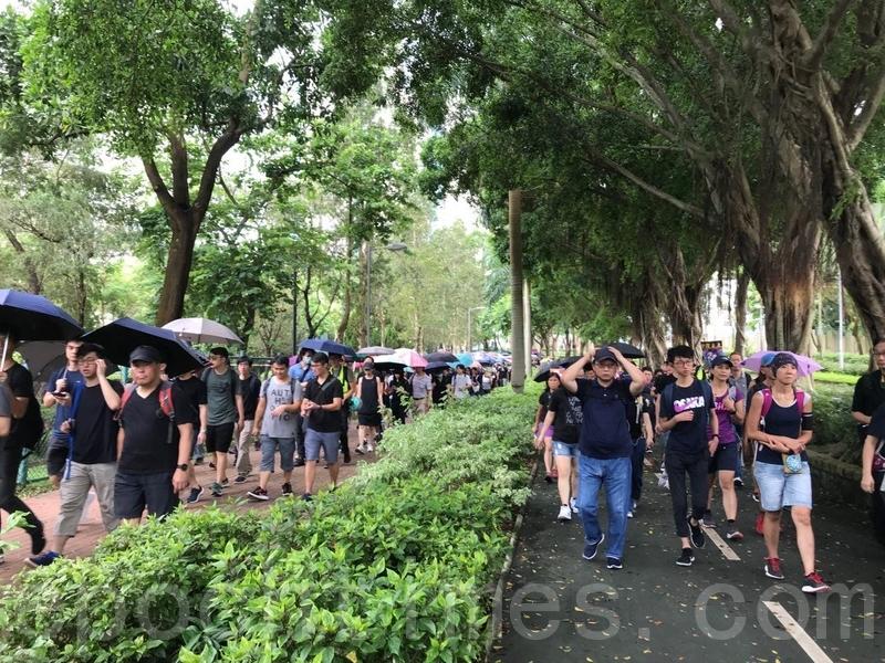 遊行人士緩慢地離開寶翠公園。(蔡雯文/大紀元)