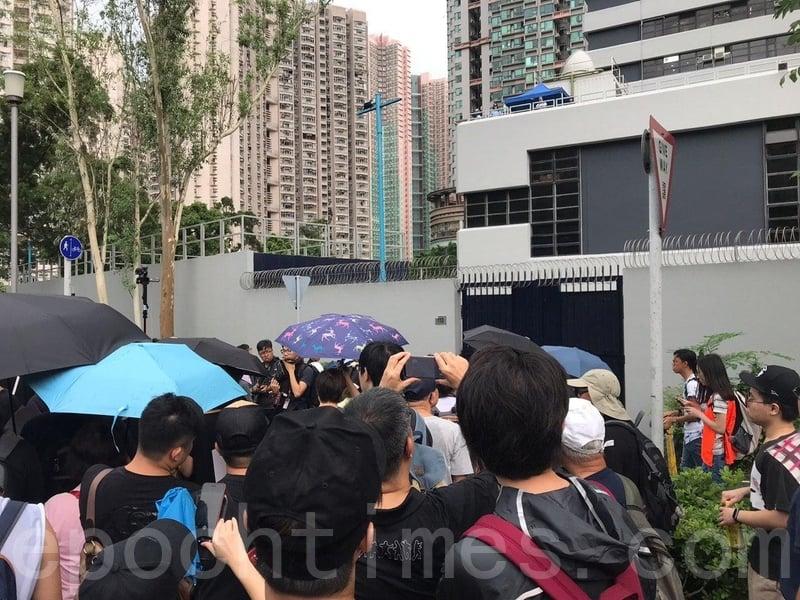遊行隊頭剛經過將軍澳警署,不少遊行人士高喊「黑警可恥」、「香港警察 知法犯法」。(林怡/大紀元)