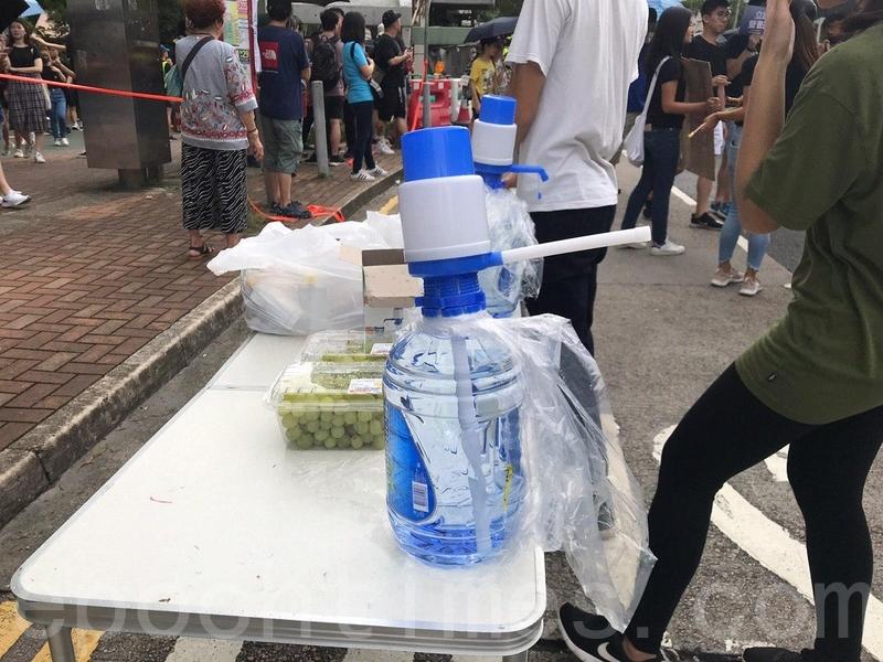 有市民在遊行途經地點設立添水站。(林怡/大紀元)