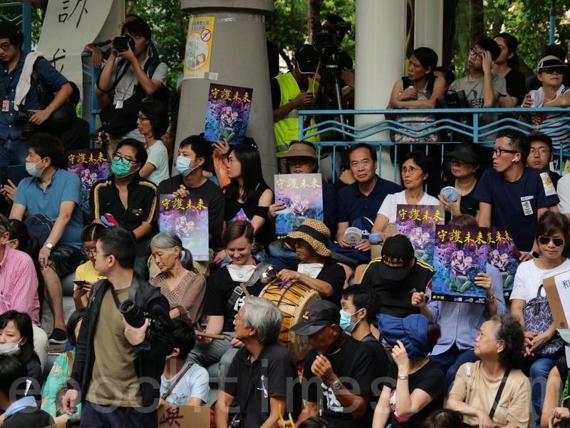 不少參加集會拿著「守護未來」海報。(龐大衛/大紀元)