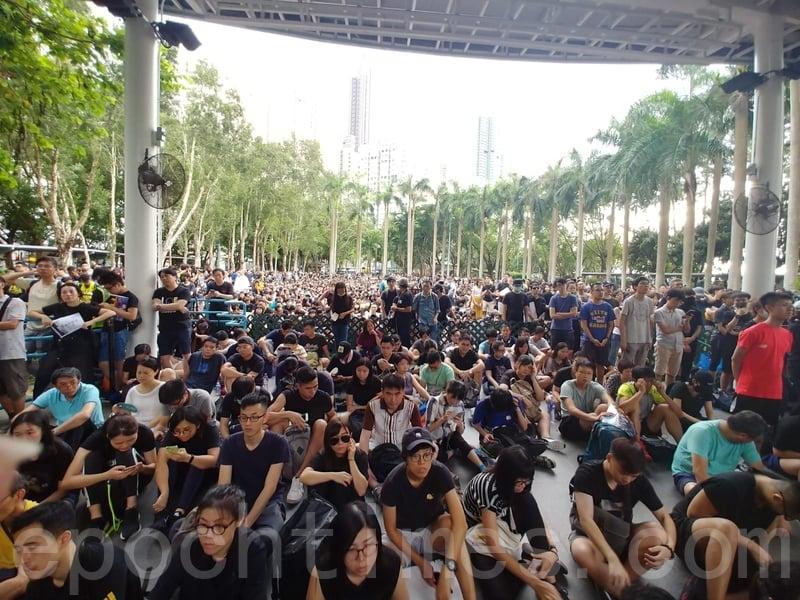 「反送中」集會地點卑路乍灣公園,逼滿大批穿黑衣市民。(龐大衛/大紀元)