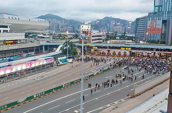 8月3日旺角再遊行後,有示威者兩度佔領紅磡海底隧道出入口,不足一小時及半小時後撤離。(曾蓮/大紀元)