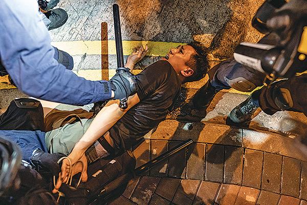 迪士尼樂園昨證實,一名外籍演藝人員前晚在旺角被警員帶走。網上流傳一段自稱代表「香港迪士尼樂園全體五千演藝人員」的影片,強烈譴責警方8月3日晚清場期間,粗暴對待一名菲律賓籍舞蹈員。(Anthony Kwan/Getty Images)