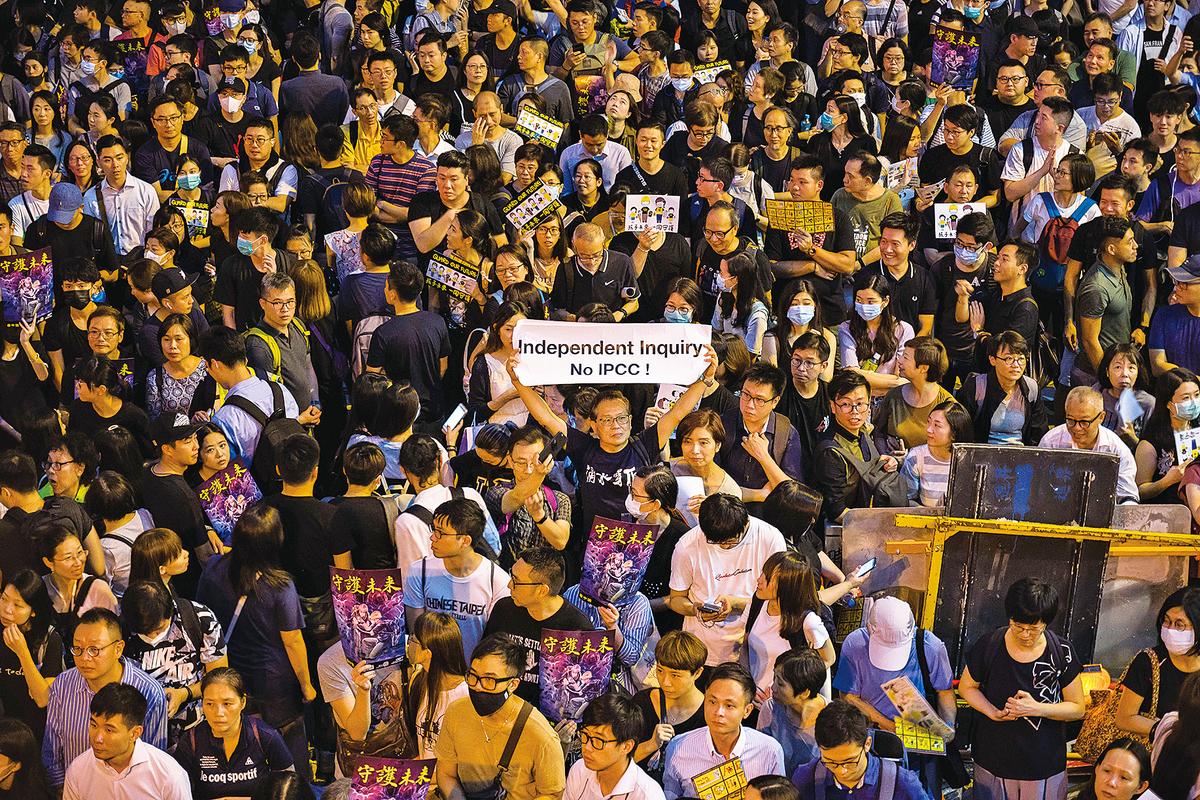 8月2日晚,香港公務員歷史上首次發起集會,呼籲政府聽取民意,並就反對《逃犯修例》修例事件成立獨立調查委員會,而不是由警方的監警會(IPCC)調查。四萬名與會者未被政府的嚴正聲明嚇倒,塞滿中環遮打花園、附近的遮打道及皇后廣場。前政務司司長陳方安生、前公務員事務局局長王永平、眾多泛民議員、牧師、大學講師等到場發言。王永平表示,2002年他參與推行「主要官員問責制」時,同時重新解釋「政治中立」,強調問責官員有責任向市民而不是特首一人負責,有責任推行符合民意的政策。(Billy H.C. Kwok/Getty Images)