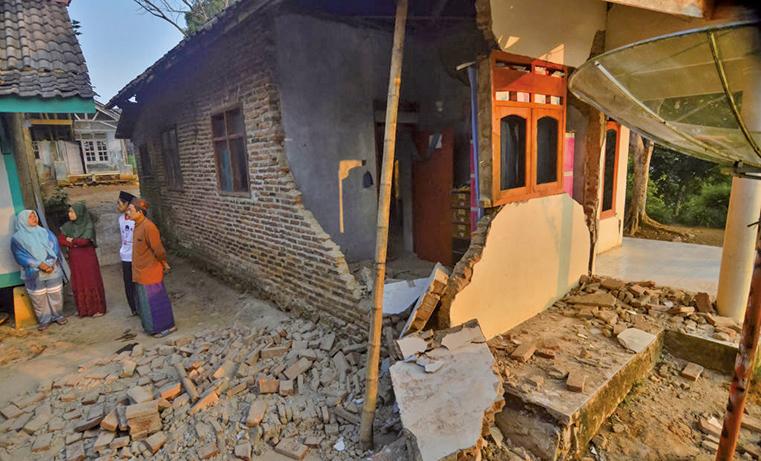 印尼蘇門答臘島和爪哇島外海2日晚間發生6.9強震,200多棟建築物受損。(AFP)
