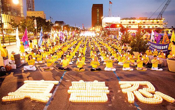 2018年7月16日,紐約部分法輪功學員在紐約中領館前舉行了「7‧20」法 輪功反迫害19周年集會及燭光悼念活動,悼念被中共迫害致死的法輪功學員。 ( 大紀元資料圖片)