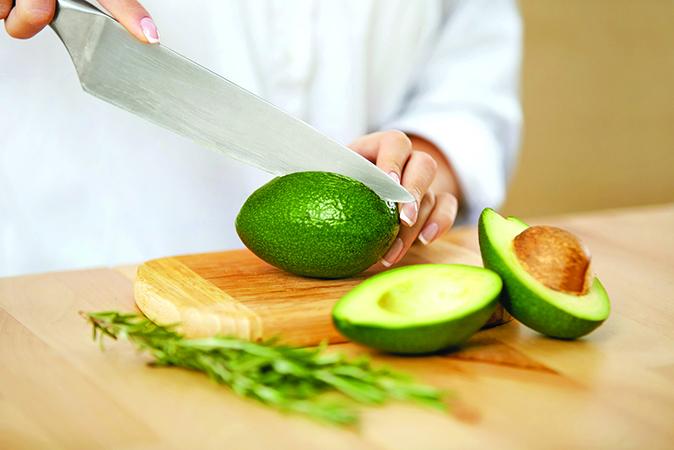切牛油果時,用刀子深深切入,切到果核後轉360 度。