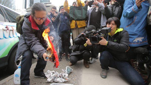 孟晚舟3月6日在加拿大卑詩省最高法院出庭應訊,圖為法庭外的抗議者。(Karen Ducey/Getty Images)